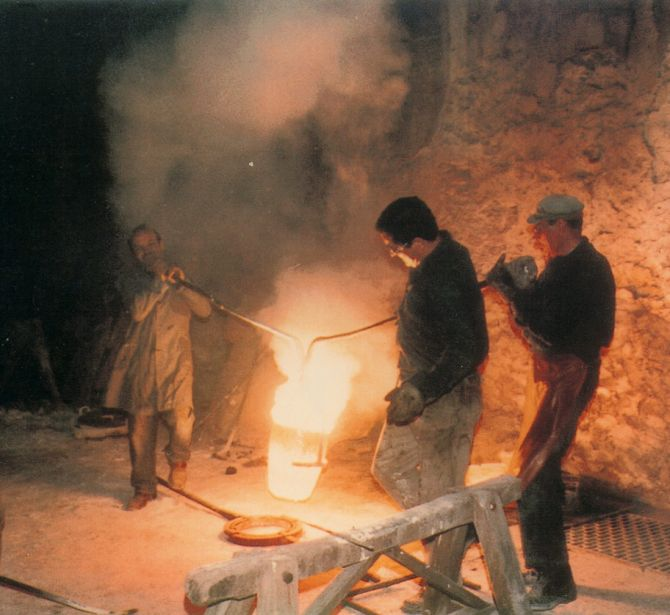 Puring the melted bronze for the casting in the Ferdinando Marinelli Artistic Foundry of Florence (FAFM). Picture of 1950s