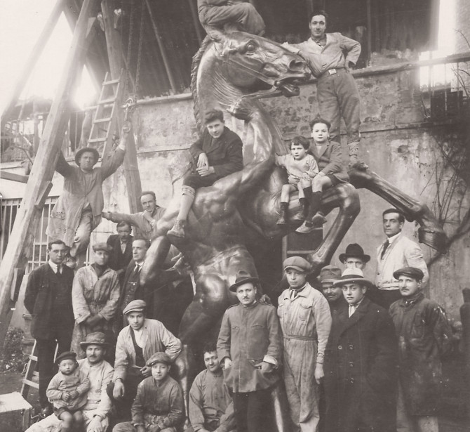 Historical picture representing a monumental horse cast by Ferdinando Marinelli Artistic Foundry of Florence (FAFM)