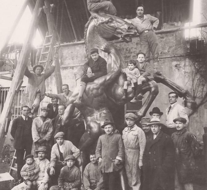 Foto storica della Fonderia Artistica Ferdinando Marinelli (FAFM) di Firenze. Ferdinando Marinelli Senior appoggiato alla scala, dietro alla scultura rffigurante un cavallo rampante.
