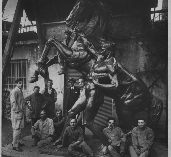 Historical picture representing a monumental horse cast by Ferdinando Marinelli Artistic Foundry (FAFM).