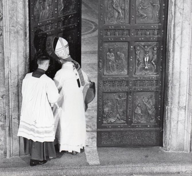 Porta Santa della Basilica di San Pietro in Vaticano, realizzata dalla Fonderia Artistica Ferdinando Marinelli di Firenze, Apertura durante il Giubileo